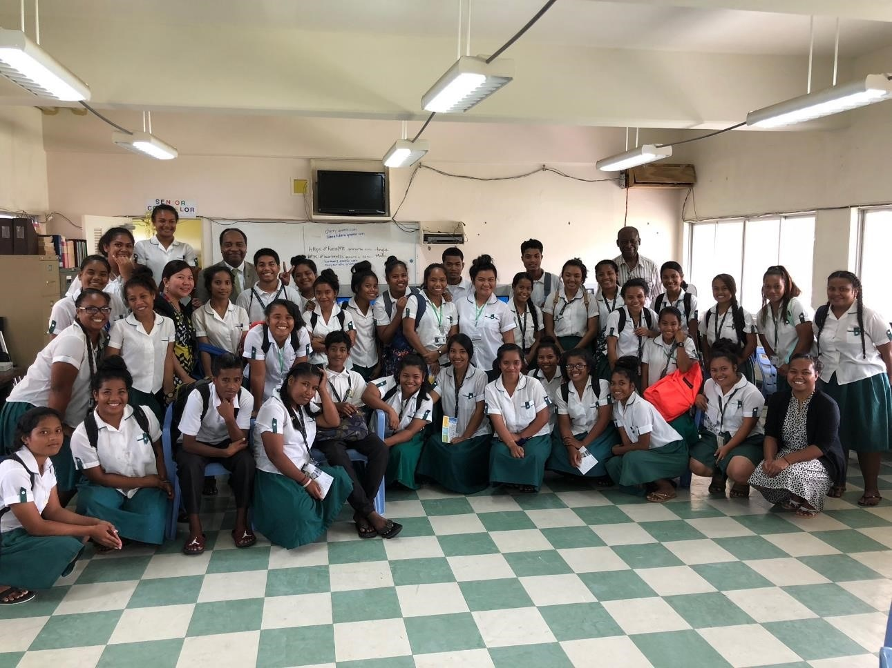 NIDDK leaders meet with Marshall Islands students