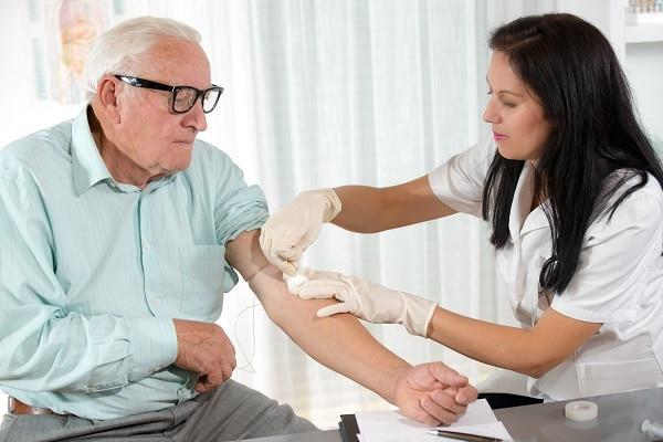 Foto de un hombre que tiene sangre dibujada