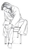 Ilustración de una mujer vestida en una salida de baño y sentada en una silla revisándose la planta del pie izquierdo.