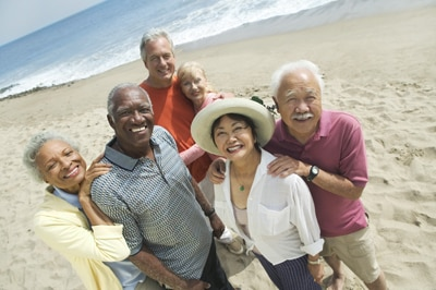 Drei ältere Paare am Strand.