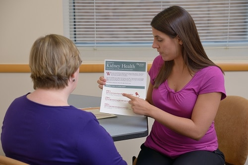 A woman teaching a patient about kidney disease