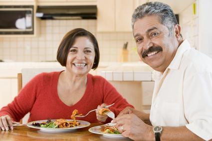 Foto de una pareja de ancianos haciendo una comida saludable para el corazón.
